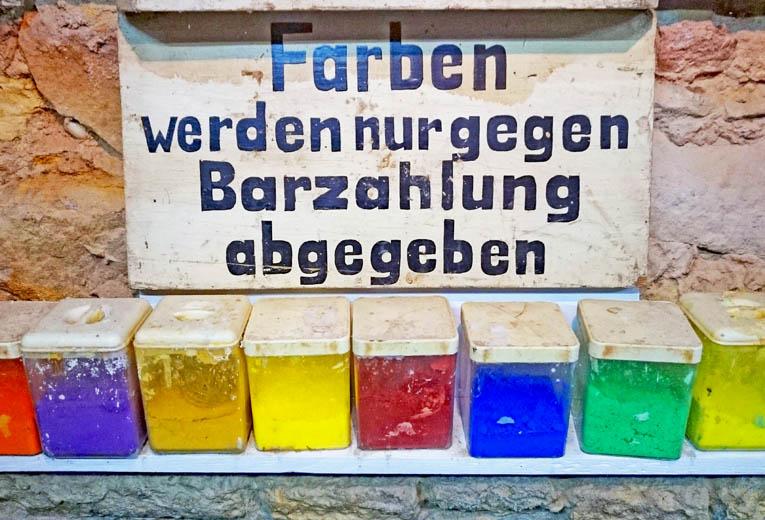 Farben werden nur gegen Barzahlung ausgegeben